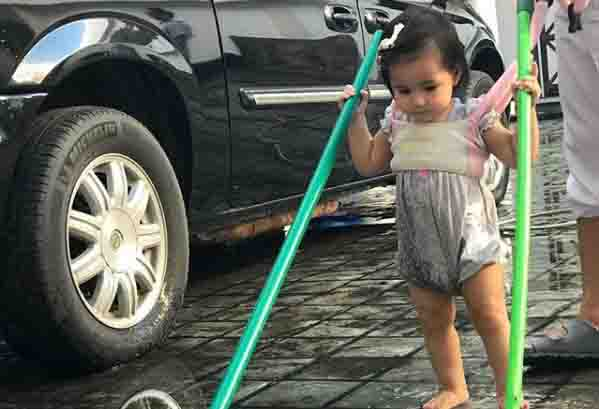 WATCH:  Baby Isabella helps daddy Robin Padilla to wash the car