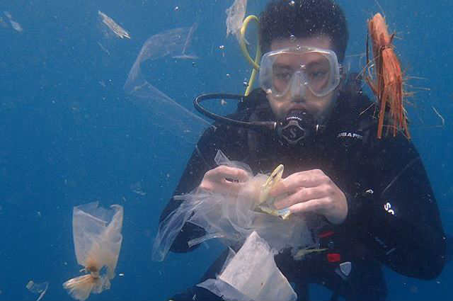 """Luis Manzano airs frustration as he dives in a sea of garbage: """"WE HAVE A PROBLEM PEOPLE"""""""