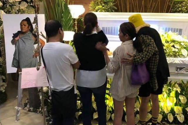 LOOK: Vice Ganda, Pokwang, K Brosas, and Pooh visit Chokoleit's wake