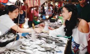 Netizen tinawag na 'plastic' si Heart Evangelista dahil sa pagbisita sa palengke