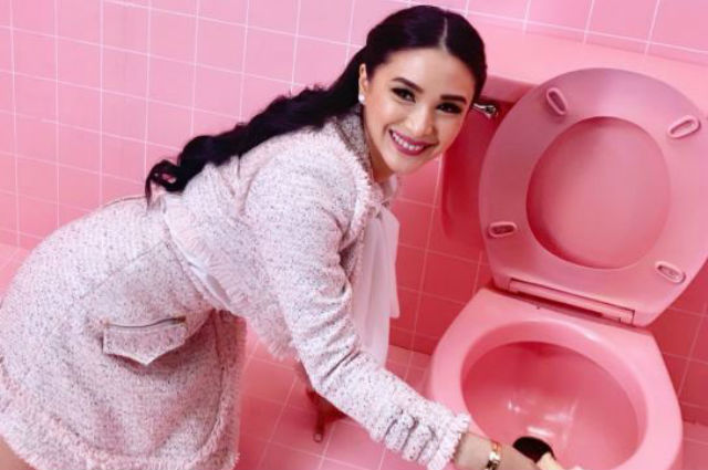 LOOK: Heart Evangelista post photo in her stylish OOTD while 'cleaning the toilet'