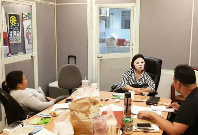 Netizens react to Liza Dino wearing a face mask while in a meeting