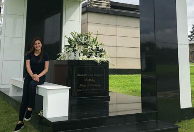Zsa Zsa Padilla visits Dolphy's burial place on his birthday