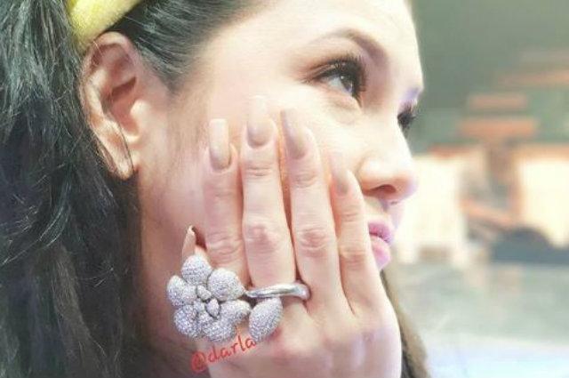 """Regine Velasquez makes fun of her finger wart: """"May pangmayaman na singsing.. Tapos may kulugo ka"""""""