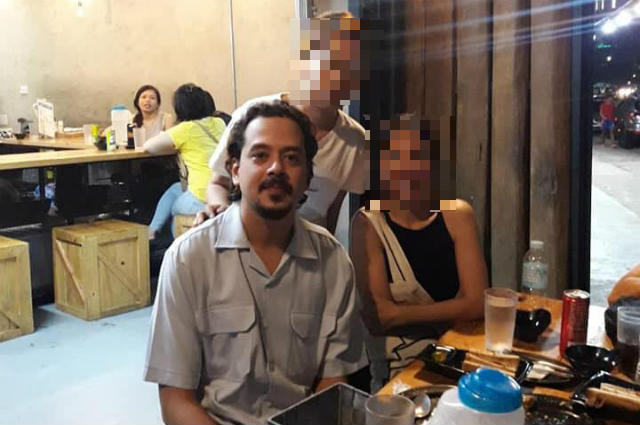 LOOK: John Lloyd Cruz spotted at a restaurant in QC, grants photo requests from fans