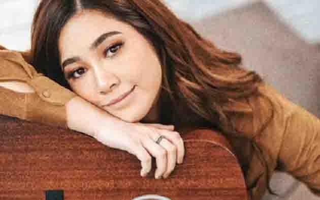 "Moira Dela Torre reacts to Direk Joey's comment:  ""Di naman natin mapi-please ang lahat talaga"""