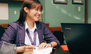 Liza Soberano returns to school after finger surgery